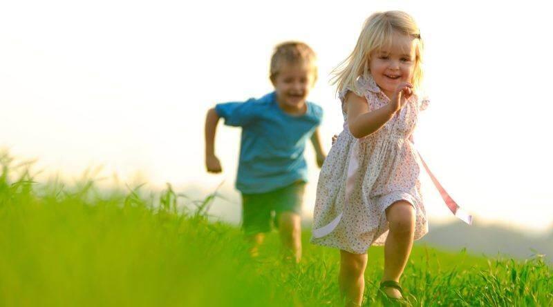 """crianças - crian  as felizes 800x445 - As crianças precisam ser felizes, não de serem """"as melhores"""""""